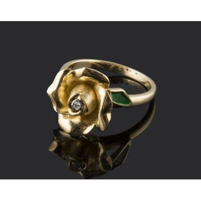 Original anillo de diseño Alain Dione, de oro 18K, en forma de delicada flor con diamante central y flancos esmaltados. Peso: 5,10 gr