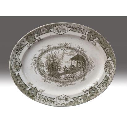 Bandeja oval en porcelana estampada MIKADO THOMAS FURNIVAL & SON. Decoración arquitectónica oriental y motivos vegetales. Segunda mitad siglo XIX.  Medidas: 41x51cm.
