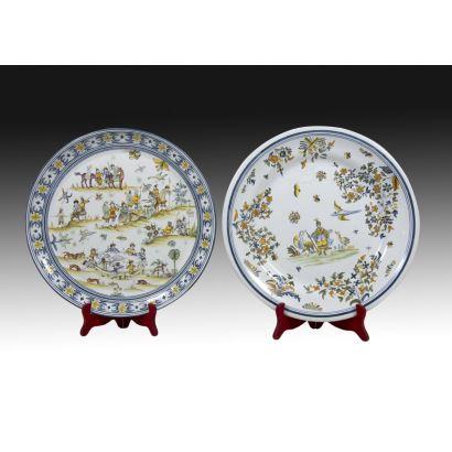 Pareja de platos de Alcora, siglo XX.