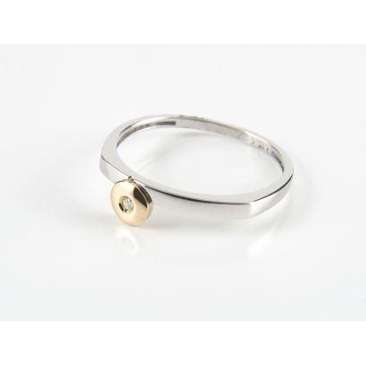 Joyas. Original sortija de oro blanco, con disco en oro amarillo que alberga brillante de 0,15cts. Especial para niñas.