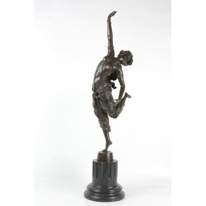 Escultura en bronce patinado.