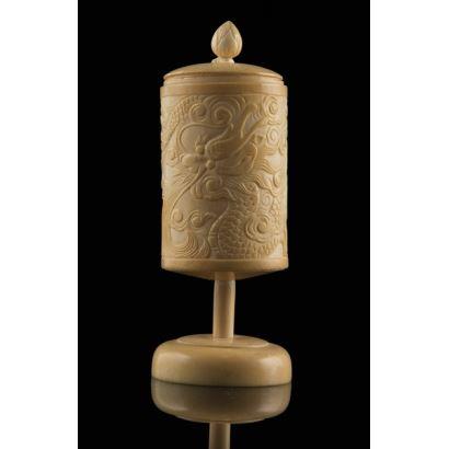 Bella talla de marfil (con certificado de la Federación de Anticuarios). Se trata de una copa china con tapa y bajo relieve en la superficie cilíndrica representando al dragón. 14x6cm