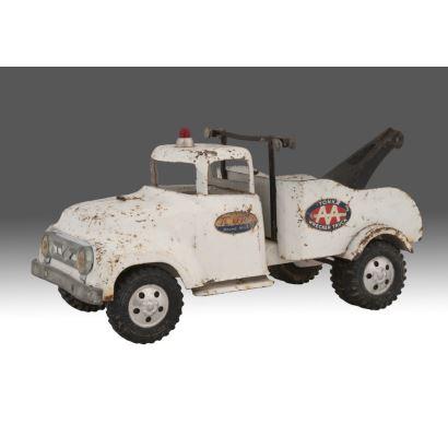 Grúa antigua de juguete, años 60,  TONKA WRECKER TRUCK. Presenta desperfectos. Medidas: 30x16x15cm.