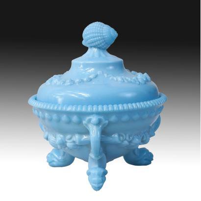 Bombonera en opalina azul, pps. XX.