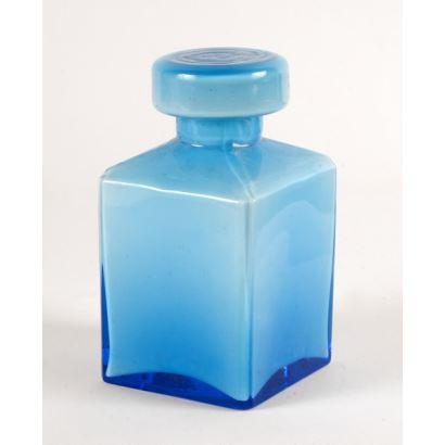 Objetos. Pareja de frascos con tapa realizados en opalina,  uno de ellos de color azul presenta cuerpo cuadrangular, mientras que el otro de color morado tiene cuerpo cilíndrico. Azul: 14x7,5cm, morado: 15x8,5cm.