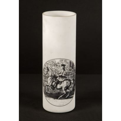 Objetos. Pareja de vasos tubulares realizados en opalina blanca con decoración grabada en negro que representa a un jinete. 17x5,5cm.