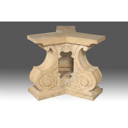 Base florentina tallada en piedra, compuesta por tres volutas unidas en parte central. Medidas: 74x75x75cm.