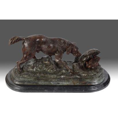 Figura en bronce sobre pena oval en mármol.