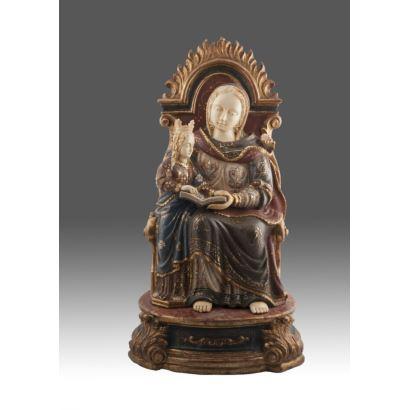 Importante figura criselefantina realizada en madera estofada con rostros, manos y pies de marfil.