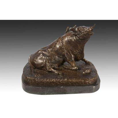 Escultura de bronce con peana de mármol.S.XX.representación realista de un toro en el momento del último estoque