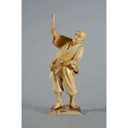 Figura japonesa de gusto costumbrista, realizada en marfil tallado. Representa a un pescador. Con certificado de antigüedad. Presenta desperfecto. Altura: 18 cm.