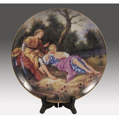 Porcelana. Bello plato decorativo realizado en porcelana policromada.