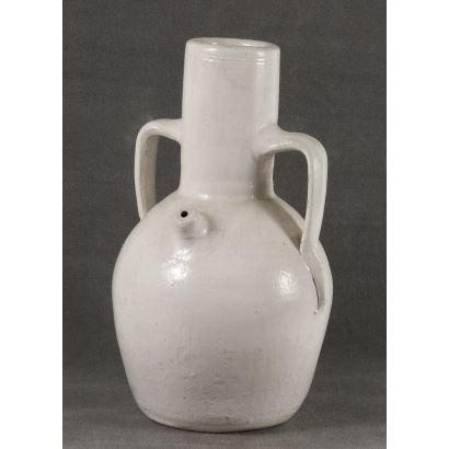 Botijo realizado en cerámica policromada en blanco, la pieza cuenta con doble asa entorno a boca cilíndrica  y pitorro. 35x20cm.