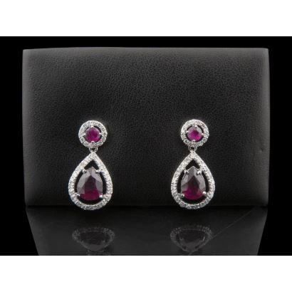 Excepcionales pendientes de oro blanco, con rubíes en talla brillante y talla pera, orlados por brillantes (0,82cts).