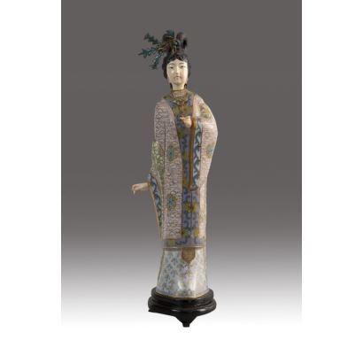 Figura de dama china en esmalte cloisonné, marfil y plata dorada, pps. XX. Sobre peana de madera. Altura: 35 cm.