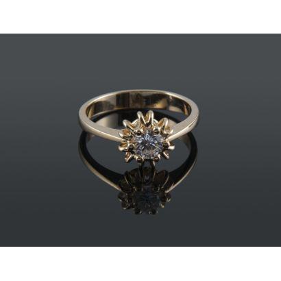 Clásico anillo solitario de oro 18K con diamante talla brillante de 0,50 quilates. Peso: 5,20 gr.
