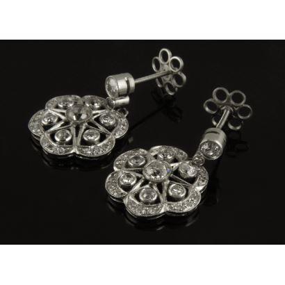 Elegantes pendientes roseta de platino, hechos a mano y decorados con 1,70 quilates en diamantes. Peso 5,7gr.