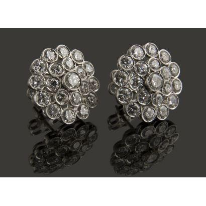 Clásicos pendientes roseta de platino, hechos a mano decorados con 2,5 quilates en diamantes. Peso 5gr.