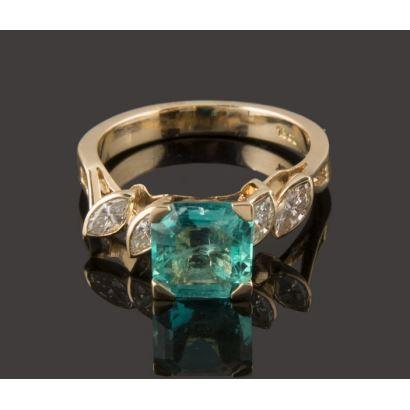 Elegante anillo de oro 18K con bonita esmeralda de aproximadamente 1,50 quilates decorado en los flancos con 0,40 quilates en 4 diamantes talla navette. Peso: 4,40 gr.