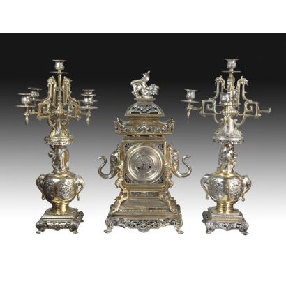 Relojes. Reloj de sobremesa con guarnición, Francia, S. XIX. Trabajo realizado para el mercado chino.