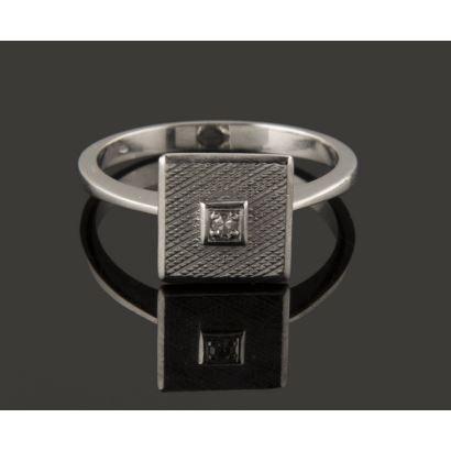 Bonito anillo de oro blanco de 18K con frontis facetado decorado con un diamante central. Peso: 4,26 gr.