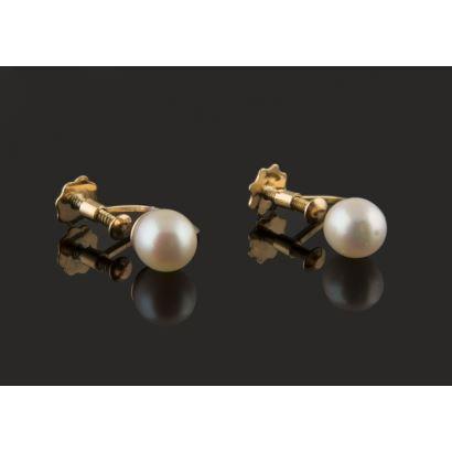 Clásicos pendientes en oro amarillo de 18K con perlas cultivadas, cierre a presión para lóbulas sin perforar. Peso: 1,86 gr.