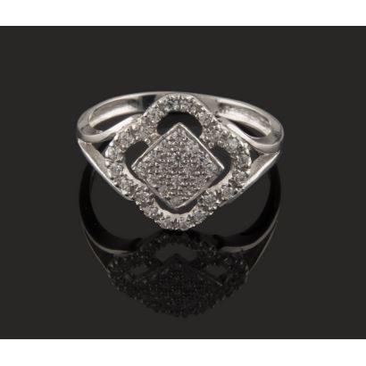 Bonito diseño de anillo en oro blanco de 18K, decorado con circonitas. Peso: 2,60 gr.