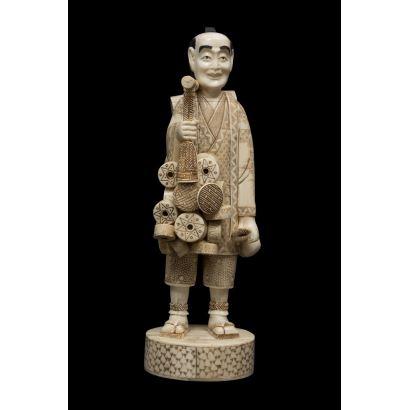 Escultura de hueso de gusto costumbrista, representa con gran minuciosidad a un vendedor chino de cacharros.  Medidas: 38x18cm.