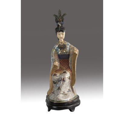 Figura de dama china en esmalte cloisonné, marfil y plata dorada, pps. XX. Sobre peana de madera. Altura: 32 cm.