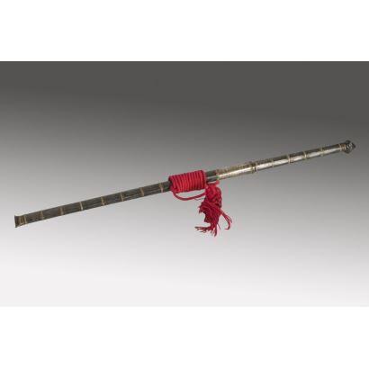 Excepcional espada oriental con vaina metálica, con decoración de franjas formada por finos roleos. 92x4cm.