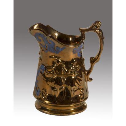 Jarra Bristol, S. XIX. Realizada en loza esmaltada en reflejo dorado. Decorada con escena de pareja galante en relieve y detalles en azul.  Medidas: 18x18cm.