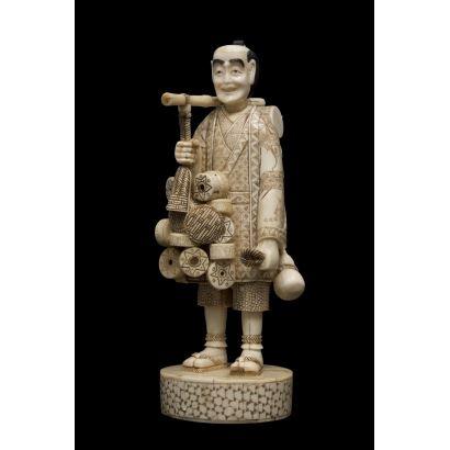 Magnífica escultura de hueso, se trata de una figura costumbrista que representa a un vendedor de cacharros. Medidas: 33x11x11cm.