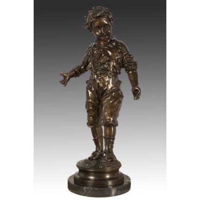 Pieza de bronce sobre pedestal que representa la figura de un niño.S.XX.