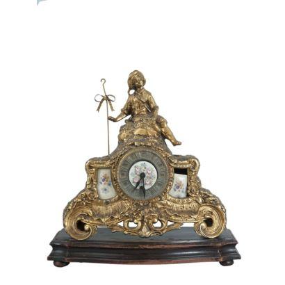 Reloj de sobremesa en bronce dorado con placas metálicas policromadas con decoración floral. s.XIX.