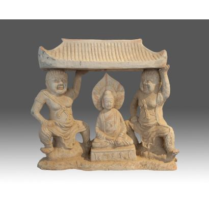 Magnífica figura en terracota, representa a Buda sobre un palio sujeto por dos guardianes. Siglo XIX. Medidas: 45x48x17cm.