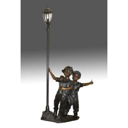 Lámpara realizada en bronce patinado.