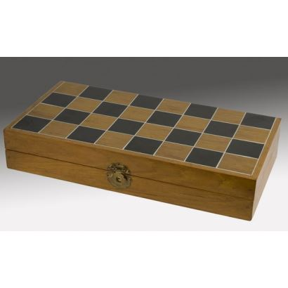 Ante nosotros un magnífico ajedrez chino o Xiàngqí con piezas de marfil y tablero-caja de madera 40'5x40'5cm , 32 piezas de 8cm a 5cm