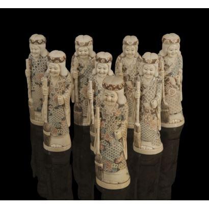 Ocho figuras talladas en marfil policromado. pp.s.XX.