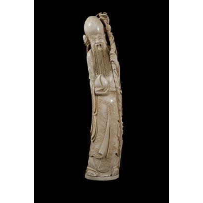 Gran figura tallada en marfil, destaca riqueza decorativa. China.