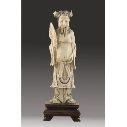 Talla china sobre marfil que representa a una deidad de la fortuna sonteniendo un pai pai. Pieza sobre peana 12x4cm/10x3'5cm. Con CITES.