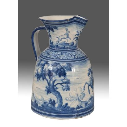 Jarro vinatero de cerámica en azul y blanco de Juan Ruiz de Luna (Noez (Toledo), 1863-Talavera, 1945), decorada con caballero en rico entorno boscoso. Marca en base. Medidas: 50x33x33cm.