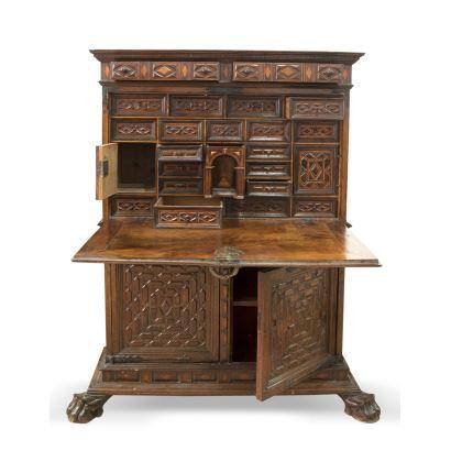 Bargueño valenciano, S. XVI. En madera de nogal y marqueteria. Medidas: 172x120x50cm.