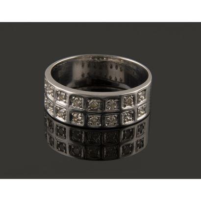 Clásica sortija de arco ancho en oro blanco de 18K,  0,32 quilates en doble carril de diamantes engarzados en bocas cuadradas y garras. Peso: 4,46 gr.