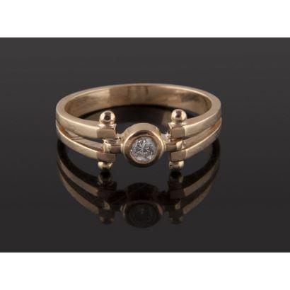 Anillo tipo solitario de oro 18K con diamante central talla brillante de 0,08 quilates. Peso: 2,80 gr.