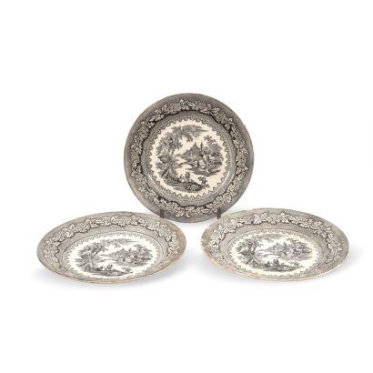 Conjunto formado por tres platos de Sargadelos, S. XIX. Realizados en loza estampada. Con marca. Diámetro: 21 cm.