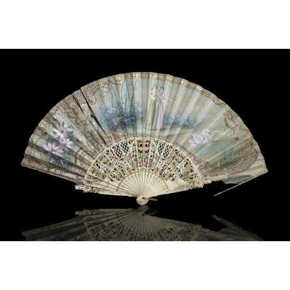 Abanico español bordado con varillas en marfil, siglo XX. Escena de damas con cisnes. Faltas. Medidas: 25 cm.