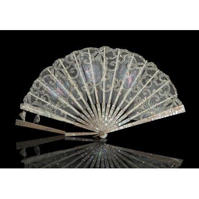 Abanico español rematado en encaje y con varillas de nácar, siglo XX. Escena de ángeles. Faltas. Medidas: 25 cm.