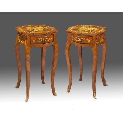 Pareja de veladores estilo Luis XV, con marquetería musical en tapa, cajón en faldón y paras cabriolé con apliques en bronce dorado. S.XX. Medidas: 75x43x40cm.