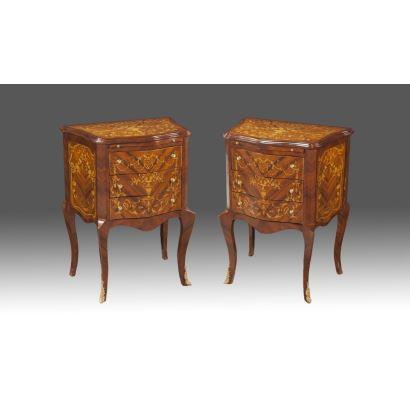 Pareja de cómodas realizadas en madera con decoración en marquetería floral, albergan tablero extraíble y tres registros de cajones, pequeñas patas cabriolé. Siglo XX.  Medidas: 78x58x40cm.