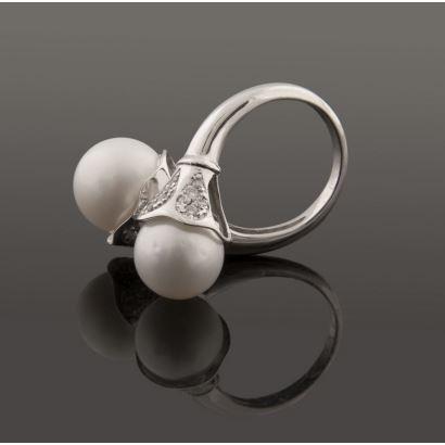 Elegante sortija de oro blanco, rematada en los extremos por una perla australiana de 11,5mm y brillantes (0,47cts).